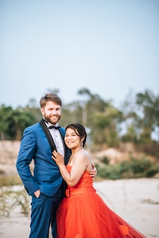 Aziatische bruid en kaukasische bruidegom hebben romantiek tijd en gelukkig samen