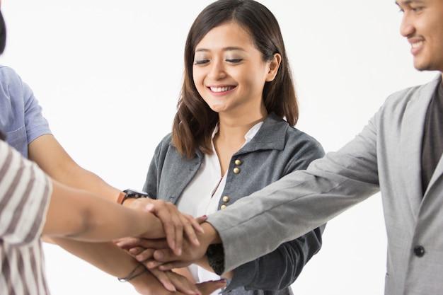 Aziatische business teamvergadering en handen samen