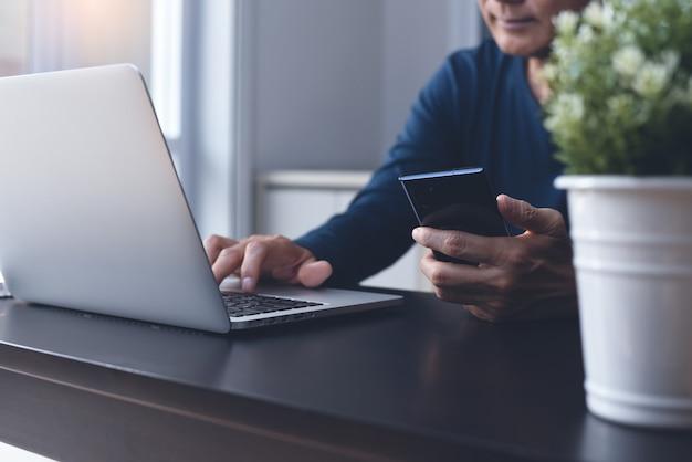 Aziatische casual zakenman online werken op laptop vanuit kantoor aan huis
