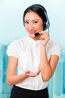 Aziatische chinese callcentermedewerker