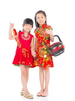 Aziatische Chinese meisjes die voor Chinees nieuw jaar verfraaien