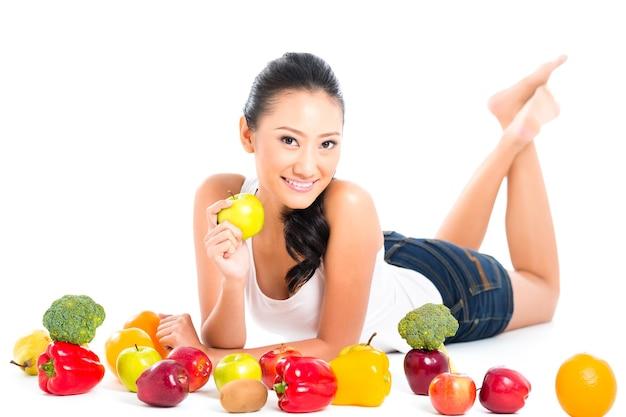Aziatische chinese vrouw die vers fruit eet