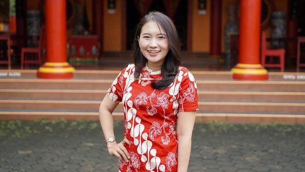 Aziatische chinese vrouwen sierlijke poseren met ornament chinees nieuwjaar