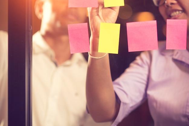 Aziatische collega's die startbureau brainstormen