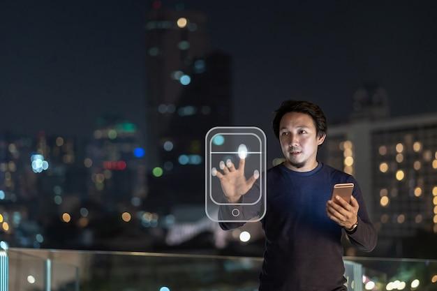 Aziatische creatieve freelancer met behulp van slimme mobiele telefoon met authenticatie door vingerafdruk