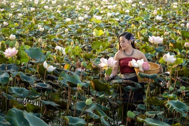 Aziatische cuture van vrouwenthailand met lotusbloem traditionele kleding.
