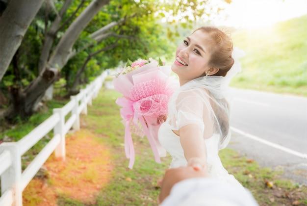 Aziatische dame in trouwjurk loopt