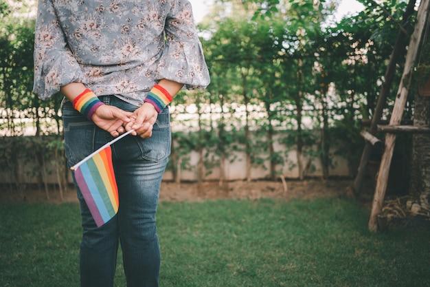 Aziatische dame met regenboogkleurenvlag, symbool van lgbt-trotsmaand viert jaarlijks in juni sociaal van homo, lesbienne, biseksueel, transgender, mensenrechten.