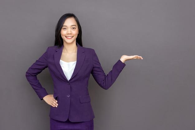 Aziatische dame met zakelijke uniforme suite