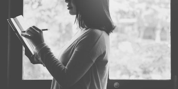 Aziatische dame schrijven notebook dagboek concept