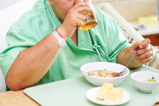 Aziatische damevrouw geduldig ontbijt gezond voedsel eten in het ziekenhuis.