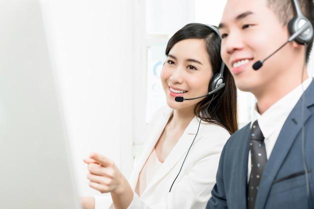 Aziatische de dienstagent die van de vrouwentelemarketingservice in call centre werkt