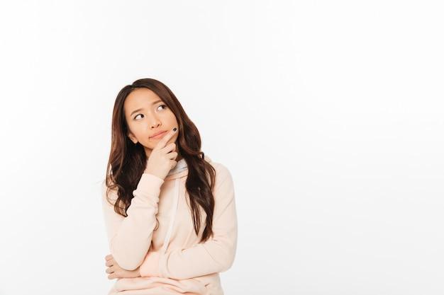 Aziatische denkende dame die zich geïsoleerd bevindt