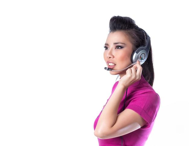 Aziatische die agentenvrouw met hoofdtelefoons op witte achtergrond wordt geïsoleerd.