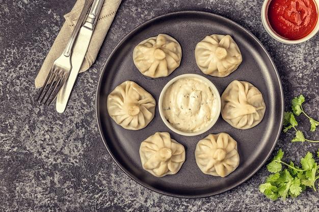 Aziatische dumplings en witte saus