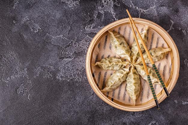 Aziatische dumplings, sojasaus, eetstokjes, bovenaanzicht