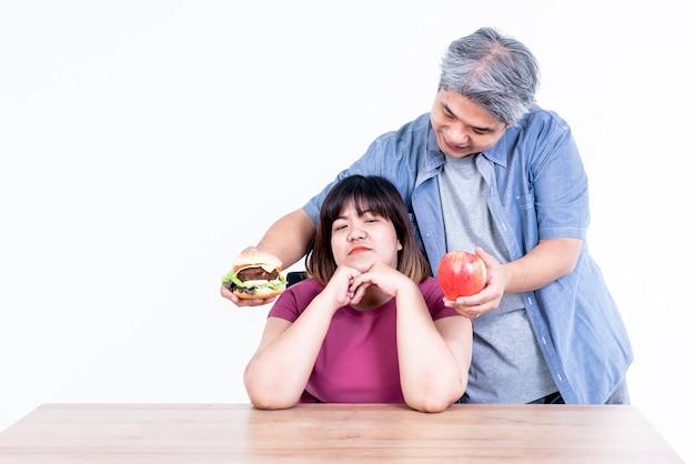 Aziatische echtpaar-echtgenoot bezorgde hamburgers en appel voor zijn vrouw om uit te kiezen?