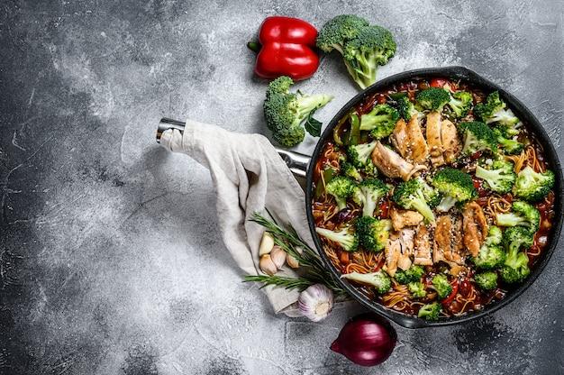 Aziatische einoedels met groenten en vlees bij het koken van pan. bovenaanzicht