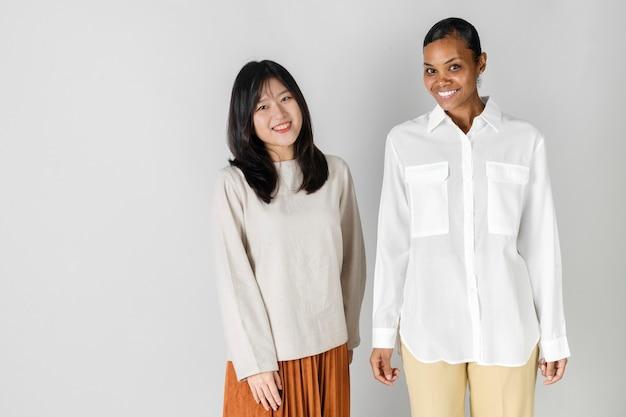 Aziatische en afrikaanse vrouw in minimale stijlkleding