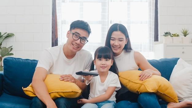 Aziatische en gelukkige familie genieten van hun vrije tijd samen thuis ontspannen