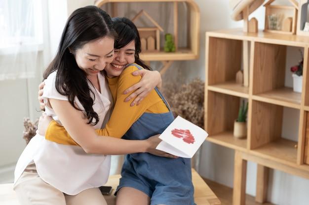 Aziatische en gelukkige familie. moederdag concept