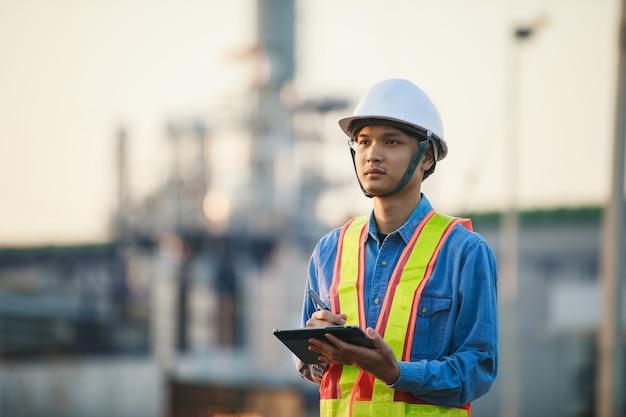 Aziatische engineering werkzaam in olie- en gasraffinaderij