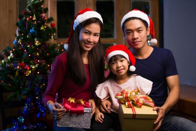 Aziatische familie cadeau geven en hebben een vrolijke kerst. 's nachts
