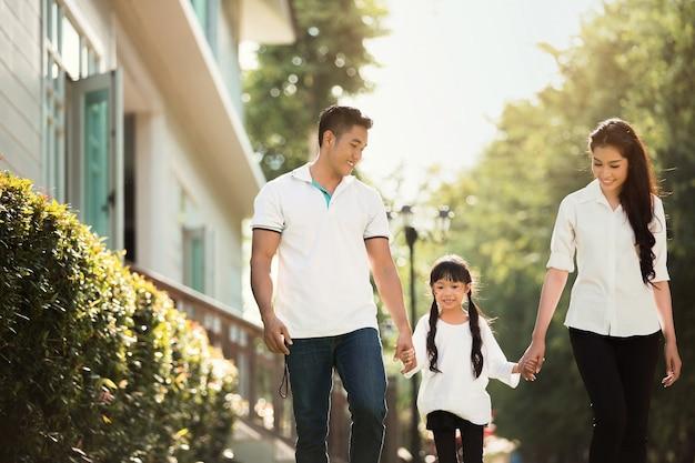 Aziatische familie gaat het huis uit