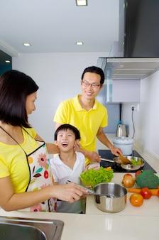 Aziatische familie in de keuken
