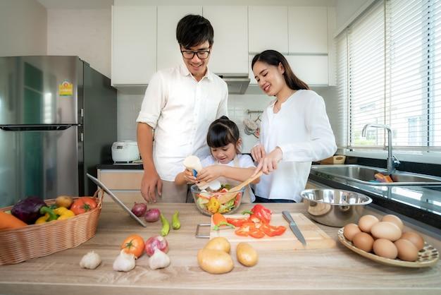 Aziatische familie koken in de keuken