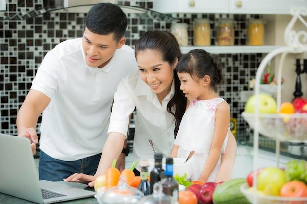 Aziatische familie kookt thuis in de keuken.