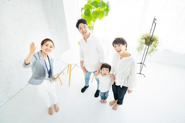 Aziatische familie krijgt interieuruitleg van een makelaar