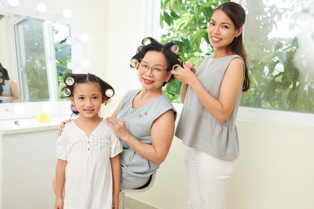 Aziatische familie met kapsel thuis
