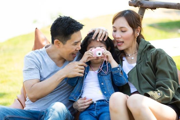 Aziatische familie reis reis gelukkig saamhorigheid. jonge vader en moeder selfie samen met dochter die foto neemt.