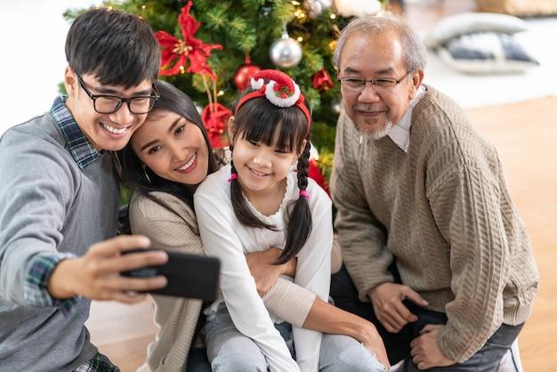 Aziatische familie selfie met een kerstboom