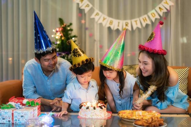 Aziatische familie viert verjaardag