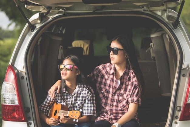 Aziatische familie zit in de auto om te genieten van road trip