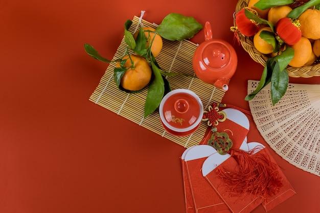 Aziatische festivaldecoraties op rood geldpakket van ang pau, chinees nieuwjaar met ceremoniethee