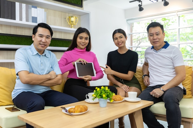 Aziatische freelancers houden tablet vast