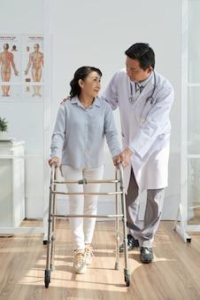 Aziatische fysiotherapeut met patiënt