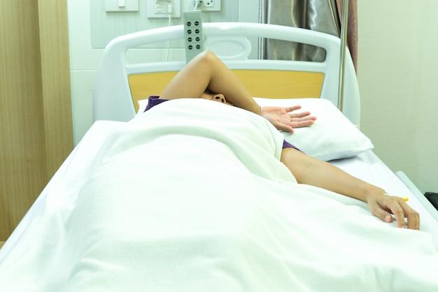 Aziatische geduldige slaap op het bed bij het ziekenhuis