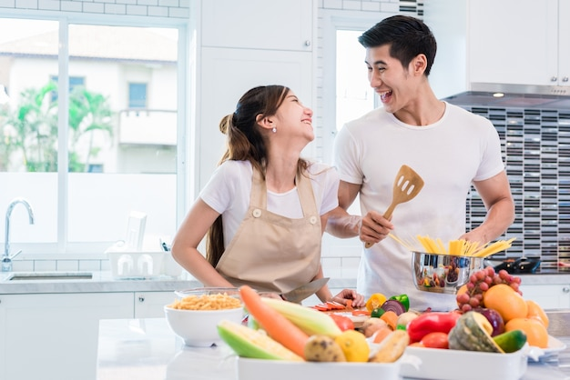 Aziatische geliefden of stellen die samen zo grappig koken in de keuken