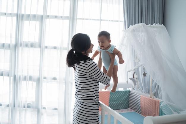 Aziatische gelukkig baby op de wieg