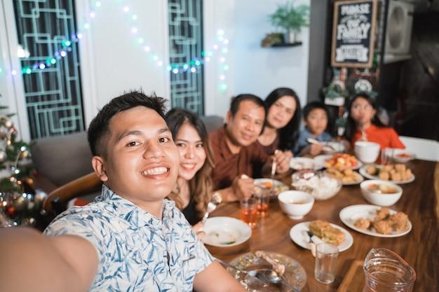 Aziatische gelukkige familie die kerstmis samen thuis viert