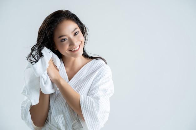 Aziatische gelukkige vrouw met handdoek