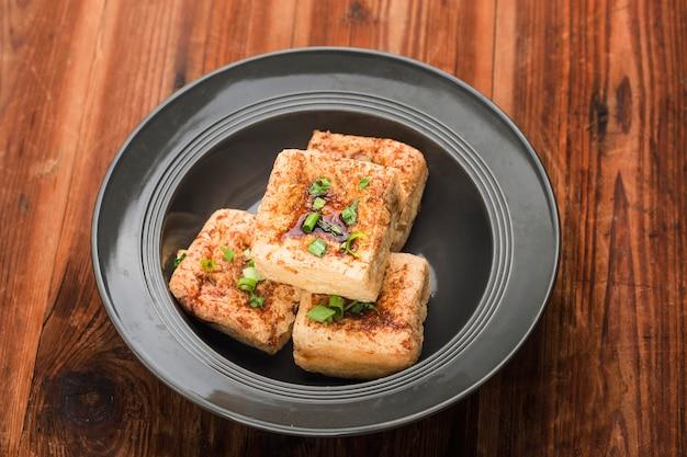 Aziatische gerechten gegrilde tofu en sojasaus