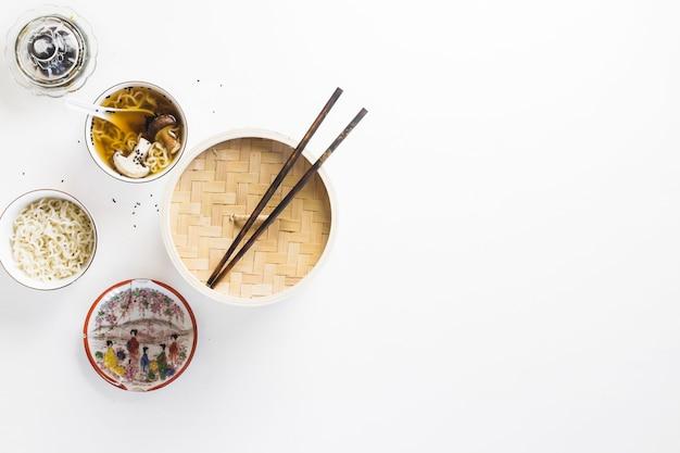 Aziatische gerechten in de buurt van eetstokjes