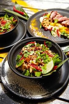 Aziatische gerechten op een zwarte houten tafel