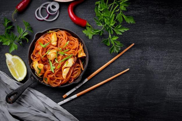 Aziatische glasnoedels met inktvis en groenten. bovenaanzicht, kopieer ruimte.