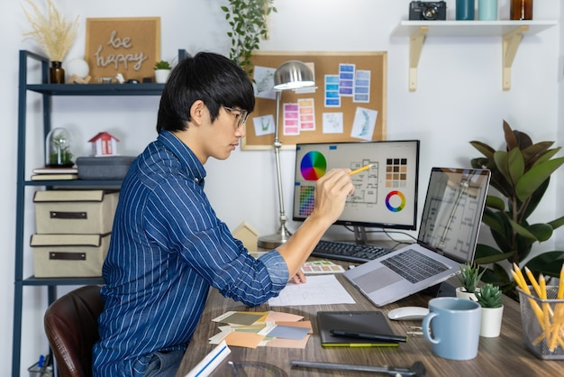 Aziatische grafisch ontwerper die een lay-outkeuze ontwerpt voor renovatie